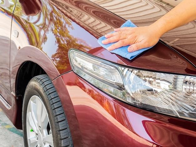De hand van de mens maakt de auto schoon en in de was Gratis Foto