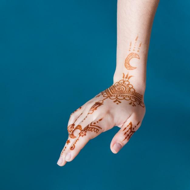 De hand van de vrouw met prachtige mehndi trekt Gratis Foto