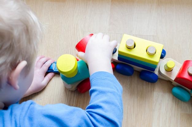 De hand van het kind met een stuk speelgoed Premium Foto