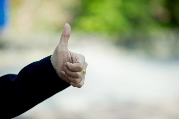 De handen die voortreffelijkheid, bewondering en vreugde tonen gefeliciteerd concept met exemplaarruimte Premium Foto