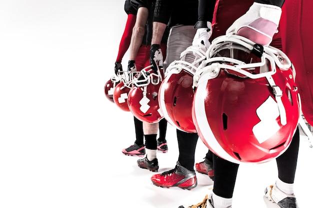 De handen van amerikaanse voetballers met helmen Gratis Foto
