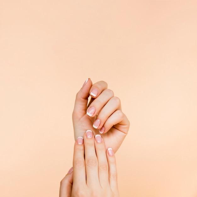De handen van de gevoelige vrouw met exemplaarruimte Gratis Foto