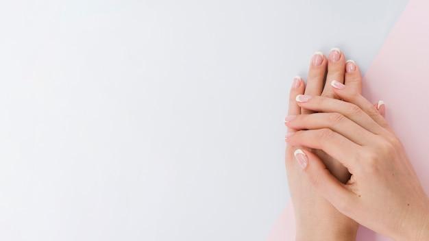 De handen van de hoogste meningsvrouw met exemplaarruimte Premium Foto