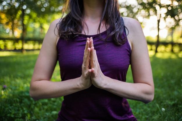 De handen van het meisje liggen dicht bij elkaar Premium Foto
