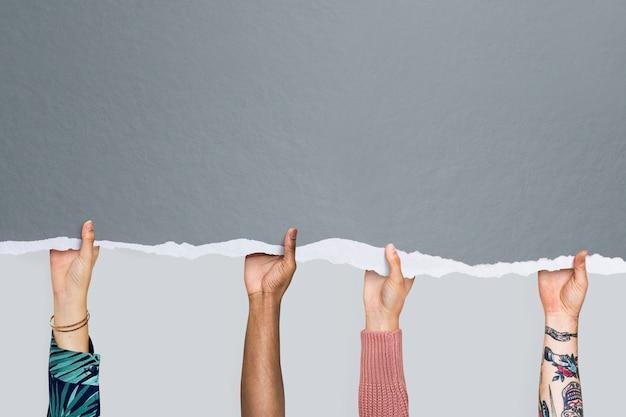 De handen van mensen met grijs gescheurd papier mockup Gratis Foto