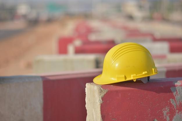 De harde veiligheid van de helm bevindt zich op de barrièreweg Premium Foto