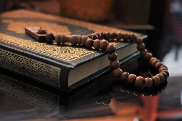 De heilige koran met tasbih / rozenkrans kralen Premium Foto