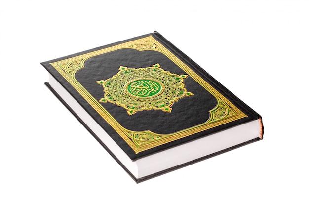 De heilige koran op witte achtergrond Premium Foto