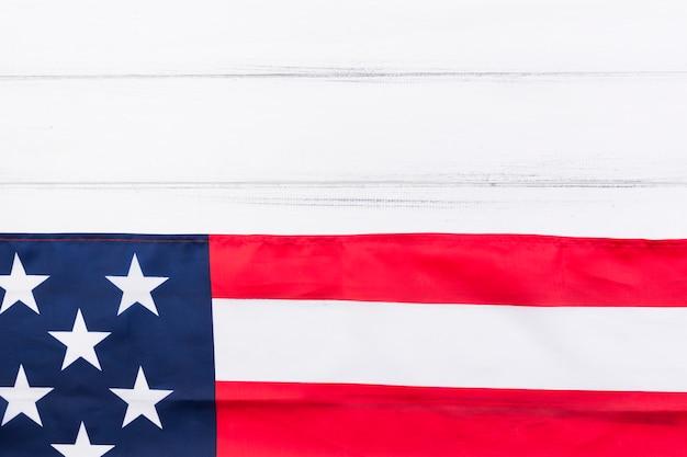De helft van de vlag van de vs en de helft van de witte houten tafel Gratis Foto