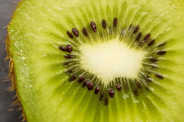 De helft van het close-up van het kiwifruit Gratis Foto