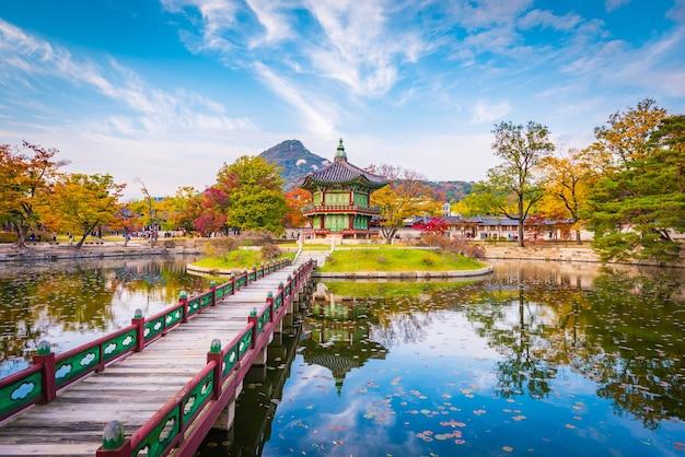 De herfst van gyeongbokgung-paleis in seoel Premium Foto