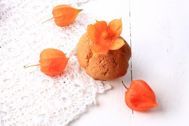 De herfst verse eigengemaakte cupcakes met de witte kruisbes van de kantkaap op hout Premium Foto