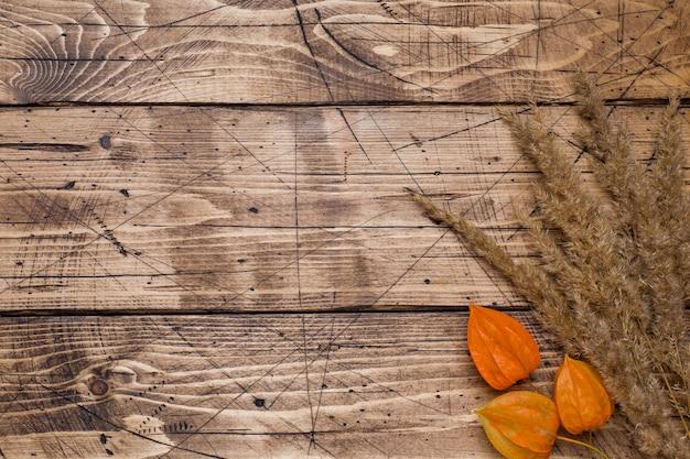 De herfstbloemen op houten achtergrond met copyspace. Premium Foto