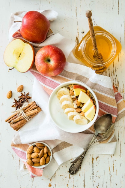 De herfstgranola met banaanappelen en amandel Premium Foto