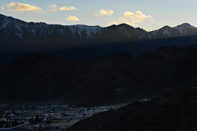 De himarayaberg met blauwe hemel Premium Foto