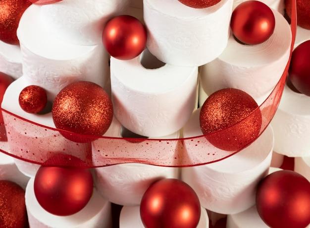 De hoge ballen en het klatergoud van menings rode kerstmis op wc-papierboom Gratis Foto