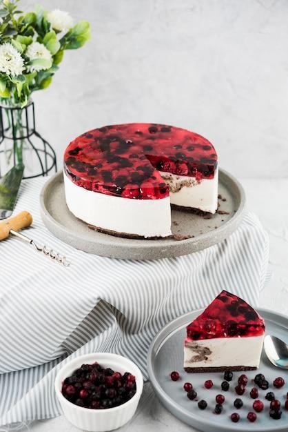 De hoge cake van de hoek fruitige gelei op plaat Gratis Foto