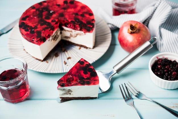De hoge cake van de hoekgelei op houten achtergrond Gratis Foto