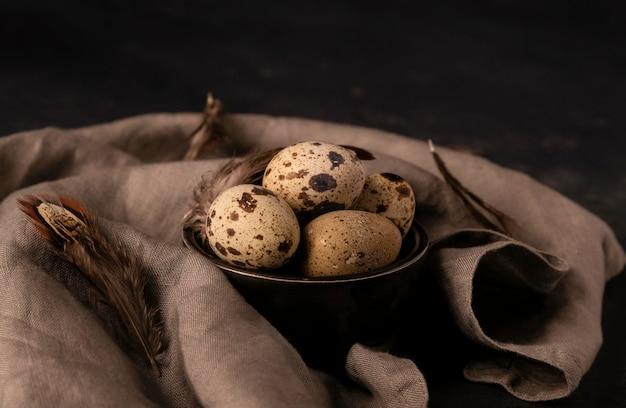 De hoge eieren van hoekkwartels in kom Gratis Foto