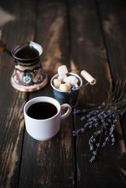 De hoge koffie van de meningsochtend op houten achtergrond Gratis Foto