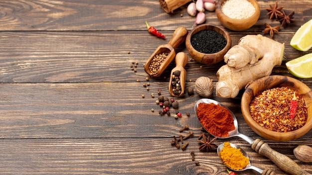 De hoge mengeling van het hoek aziatische voedselkruiden met exemplaarruimte Gratis Foto
