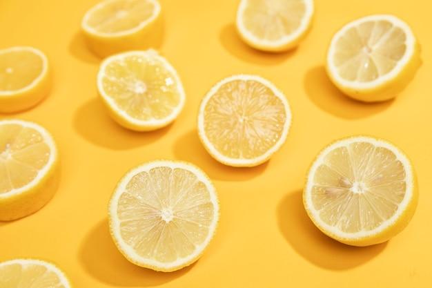 De hoge plakken van de hoek natuurlijke citroen op lijst Gratis Foto