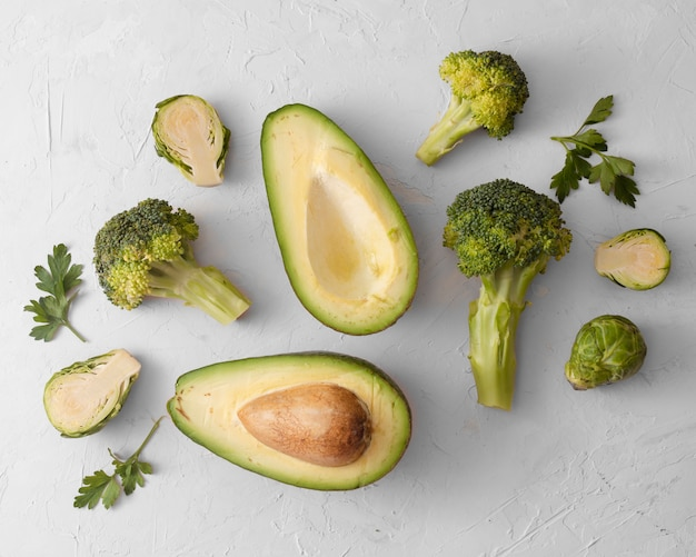 De hoogste avocado en de sla van de meningsspinazie op witte achtergrond Gratis Foto