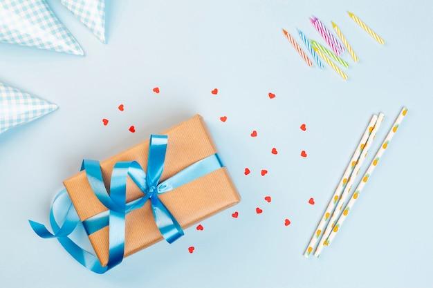 De hoogste decoratie van de meningsverjaardag op blauwe achtergrond Gratis Foto