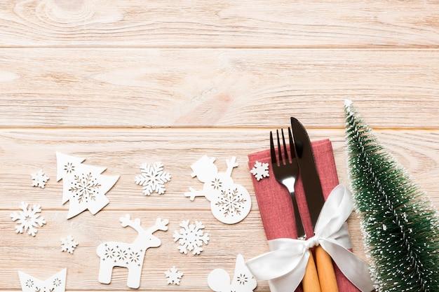 De hoogste mening van vork en mes klopte met lint op servet op hout Premium Foto