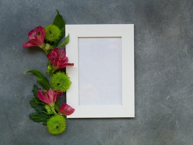De hoogste meningsvlakte legt leeg notitieboekje met alstroemeria-bloemen en chrysanten Premium Foto