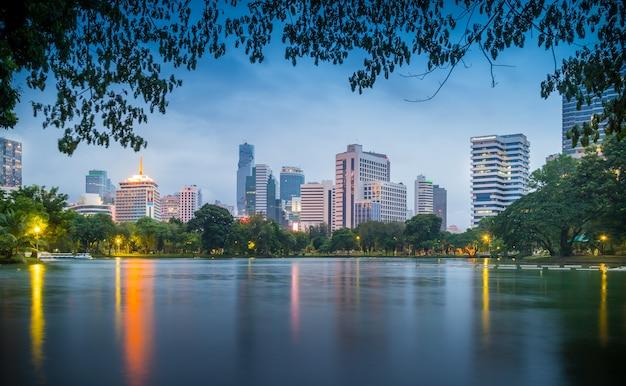 De horizon van bangkok bij lumphini-park in bangkok. lumphini park is een park in bangkok Premium Foto