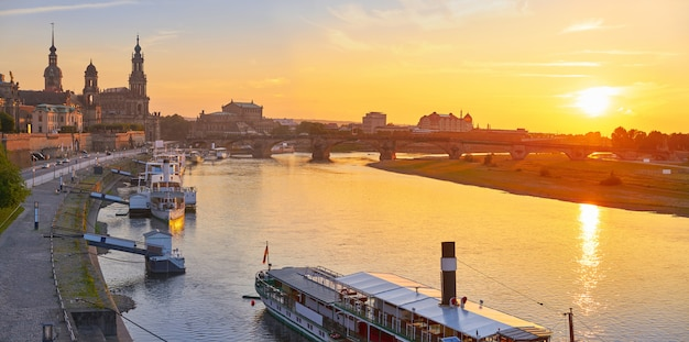 De horizon van dresden en elbe rivier in saksen duitsland Premium Foto