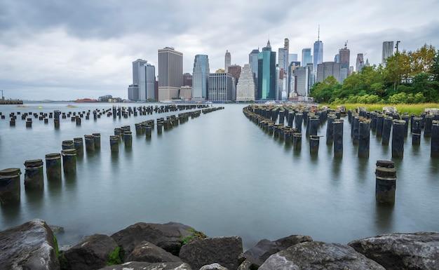 De horizon van manhattan new york van brooklyn wordt gezien dat Premium Foto