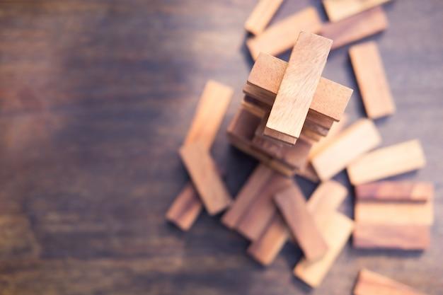 De houtsneden stapelen spel, achtergrond. concept van onderwijs, risico's, ontwikkeling en groei Premium Foto