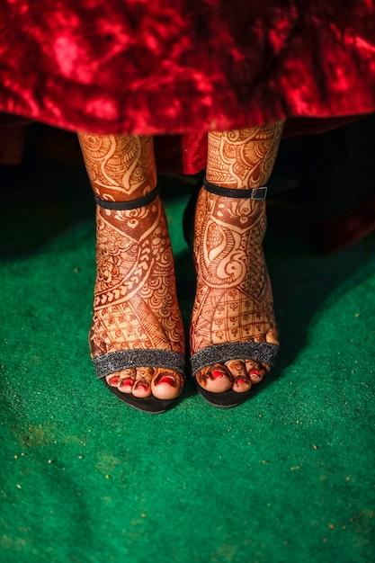 De indische vangst van de bruidclose-up van de schoenen van de huwelijksontvangst Premium Foto