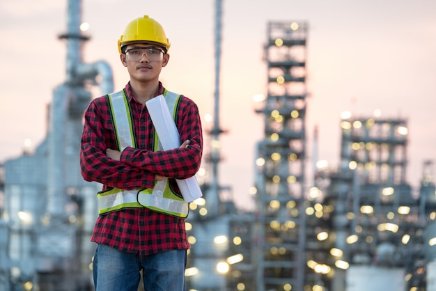 De ingenieur die van de raffinaderijindustrie pbm dragen bij raffinaderijbouwwerf Premium Foto