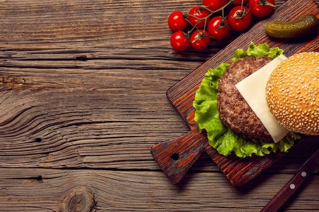 De ingrediënten van de hoogste meninghamburger op een scherpe raad Gratis Foto
