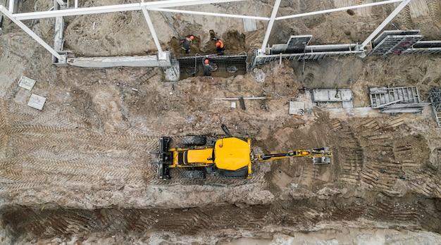 De installatie van het bouwframe op een bovenaanzicht van de bouwplaats Premium Foto