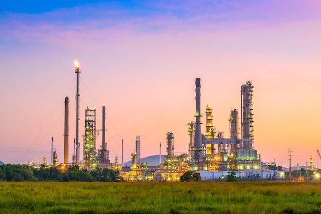 De installatiegebied van de olieraffinaderij bij schemering Premium Foto