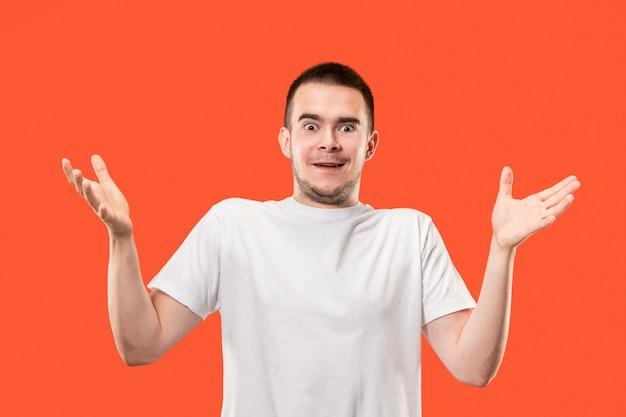 De jonge aantrekkelijke man die verrast kijkt Gratis Foto