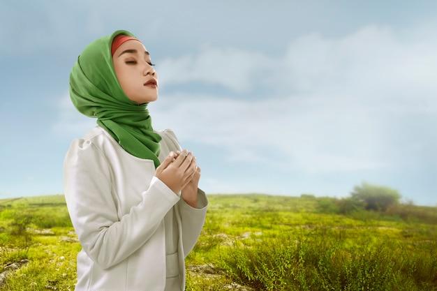 De jonge aziatische moslimvrouw kijkt schoonheid met hijabstyle Premium Foto