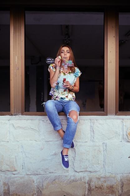 De jonge blazende zeepbels van het vrouwenportret Gratis Foto