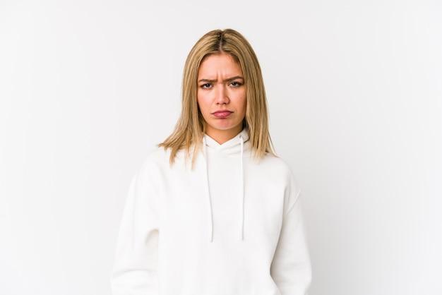 De jonge blonde kaukasische vrouw isoleerde droevig, ernstig gezicht, voelend ellendig en ontevreden. Premium Foto