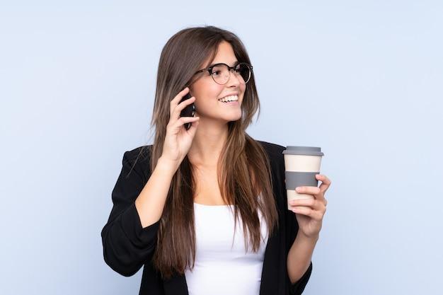 De jonge braziliaanse koffie van de bedrijfsvrouwenholding om weg te nemen en te spreken aan mobiel Premium Foto