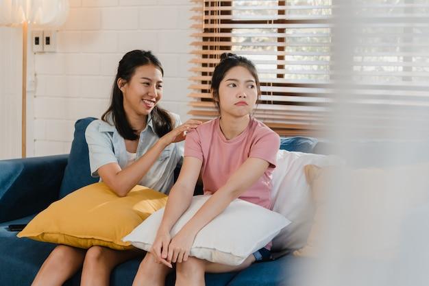 De jonge lesbische aziatische vrouwen van lgbtq koppelen thuis boos conflict Gratis Foto