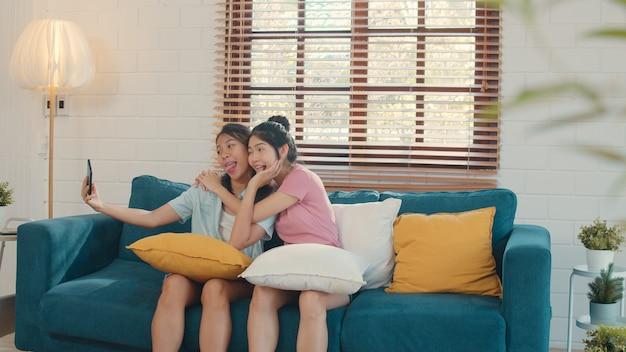 De jonge lesbische lgbtq-vrouwen koppelen thuis selfie. Gratis Foto