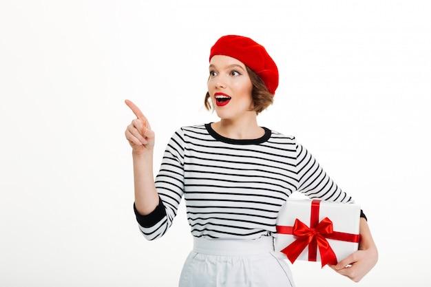De jonge leuke doos van de de giftverrassing van de vrouwenholding. Gratis Foto
