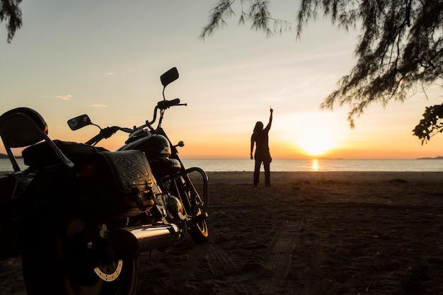 De jonge man stond op het strand. Premium Foto