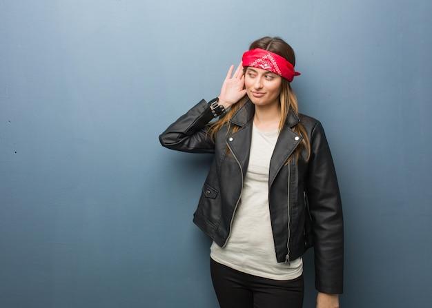 De jonge russische vrouw probeert aan het luisteren van een roddel Premium Foto