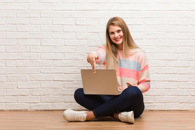 De jonge russische zitting die van de studentenvrouw iemand bereikt te begroeten Premium Foto